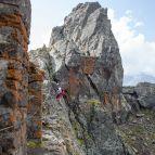 Der Klettersteig führt vorbei an alten Felsstellungen des Dolomitenkrieges