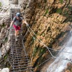 Hängebrücke über den Wasserfall