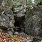 Höhle nördlich des Schwarzbachriegels, am Steig zum Falkenstein