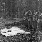 Übergabe der zwei toten Piloten an die CSSR-Grenzsoldaten am Grenzstein 26/10