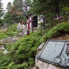 Hohe Tatra - Symbolischer Bergsteiger-Friedhof am Bergsee Popradské pleso.