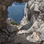 Blick nach unten, durchs Felsentor zum Traunsee